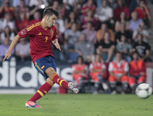 Photo -   Spain's David Villa scores from a penalty kick during a friendly soccer match against Saudi Arabia at the Pasaron stadium in Pontevedra, north western Spain, Friday Sept. 7, 2012. (AP Photos/Lalo R. Villar)