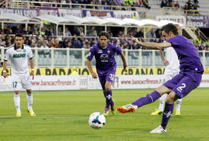 Photo - Fiorentina's Gonzalo Rodriguez, of Argentina, right, scores on a penalty kick during a Serie A soccer match between Fiorentina and Sassuolo, at the Artemio Franchi stadium in Florence, Italy, Tuesday, May 6, 2014. (AP Photo/Fabrizio Giovannozzi)