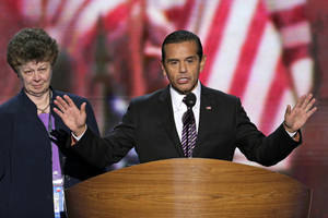 Photo -   Los Angeles Mayor and Democratic Convention Chairman Antonio Villaraigosa calls for a vote to amend the platform at the Democratic National Convention in Charlotte, N.C., on Wednesday, Sept. 5, 2012. (AP Photo/J. Scott Applewhite)
