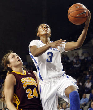 Photo - Kentucky's Janee Thompson (3) shoots next to Central Michigan's Niki DiGuilio (24) during the second half of an NCAA college basketball game on Sunday, Nov. 17, 2013, in Lexington, Ky. (AP Photo/James Crisp)