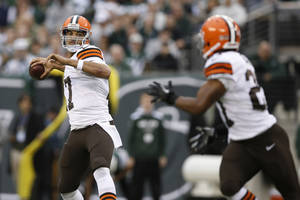 Photo - Cleveland Browns quarterback Jason Campbell (17) throws a pass to Edwin Baker (27) during the first half of an NFL football game against the New York Jets, Sunday, Dec. 22, 2013, in East Rutherford, N.J.  (AP Photo/Kathy Willens)