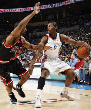Photo - Chicago's Ben Gordon (7) guards Oklahoma City's Kyle Weaver (5) in the first half of the NBA basketball game between the Chicago Bulls and the Oklahoma City Thunder at the Ford Center in Oklahoma City, Wednesday, March 18, 2009. PHOTO BY NATE BILLINGS, THE OKLAHOMAN