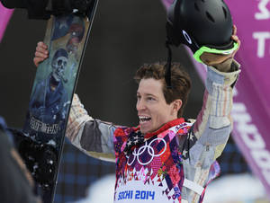 Photo - Shaun White of the United States waves to the crowd after a run during the men's snowboard halfpipe qualifying at the Rosa Khutor Extreme Park, at the 2014 Winter Olympics, Tuesday, Feb. 11, 2014, in Krasnaya Polyana, Russia. (AP Photo/Andy Wong)