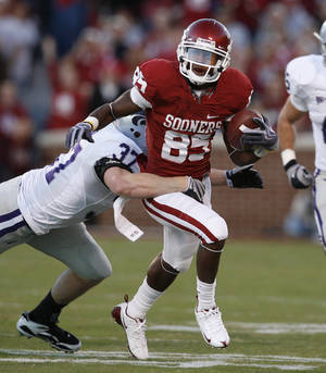 Photo - Ryan Broyles gets yards after a catch in the first half of Oklahoma's 42-30 win over Kansas State. Photo by Steve Sisney, The Oklahoman