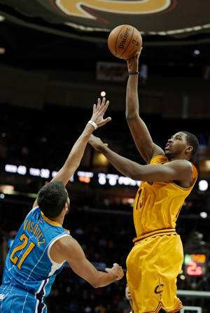 Photo - Cleveland Cavaliers' Alonzo Gee shoots over New Orleans Hornets' Greivis Vasquez (21), from Venezuela, during the first quarter of an NBA basketball game Wednesday, Feb. 20, 2013, in Cleveland. (AP Photo/Mark Duncan)