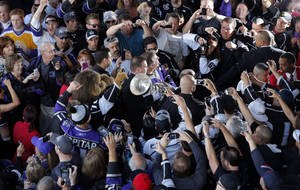 Photo - Los Angeles Kings fans cheer as they take pictures of the Stanley Cup outside the Staples Center before an NHL hockey game between the Los Angeles Kings and the Chicago Blackhawks in Los Angeles, Saturday, Jan. 19, 2013. (AP Photo/Jae C. Hong)