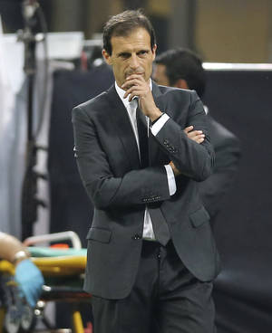 photo -   AC Milan coach Massimiliano Allegri gestures during a Champions League, Group C, soccer match between AC Milan and Anderlecht at the San Siro stadium in Milan, Italy, Tuesday, Sept. 18, 2012. (AP Photo/Antonio Calanni)