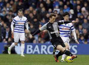 photo - Queens Park Rangers&#039;  Ji-Sung Park, background right, challenges Tottenham Hotspur&#039;s Scott Parker, during their English Premier League soccer match at Rangers Loftus Road stadium, in London, Saturday, Jan.  12, 2013. (AP Photo/Alastair Grant)