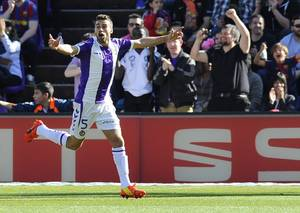 Photo - Valladolid's Italian midfielder Fausto Rossi celebrates scoring during a Spanish La Liga soccer match against Barcelona at the Jose Zorrilla stadium in Valladolid, Spain on Saturday March 8, 2014. (AP Photo/Israel L. Murillo)