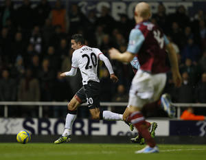 Photo - Manchester United's Robin van Persie brings the ball up to score during the English FA Cup 3rd round soccer match between West Ham United and Manchester United at Upton Park Stadium in London, Saturday, Jan. 5, 2013. (AP Photo/Kirsty Wigglesworth)