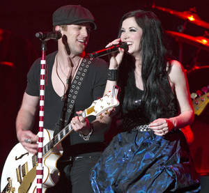 Photo - Shawna and Keifer Thompson of Thompson Square perform before Lady Antebellum at the Lloyd Noble Center on Saturday, April 7, 2012, in Norman, Okla.  Photo by Steve Sisney, The Oklahoman ORG XMIT: SSOK101