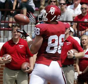Photo - Taylor McNamara (88) catches a touchdown pass during the Spring College Football Game of the University of Oklahoma Sooners (OU) at Gaylord Family-Oklahoma Memorial Stadium in Norman, Okla., on Saturday, April 12, 2014.  Photo by Steve Sisney, The Oklahoman