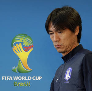 Photo - South Korea national soccer team coach Hong Myung-bo arrives for a press conference the day before the group H World Cup soccer match between South Korea and Algeria at the Estadio Beira-Rio in Porto Alegre, Brazil, Saturday, June 21, 2014.  (AP Photo/Lee Jin-man)