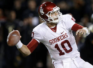 Photo - Oklahoma's Blake Bell (10) drops back to pass during an NCAA college football game between the University of Oklahoman (OU) Sooners and the Baylor Bears at Floyd Casey Stadium in Waco, Texas, Thursday, Nov. 7, 2013. Baylor won 41-12. Photo by Bryan Terry, The Oklahoman