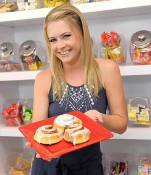 "Photo - SHERMAN OAKS, CA - JULY 26:  Melissa Joan Hart Teams Up with Pillsbury Cinnamon Rolls for the ""My Sweet Sunday Moment"" Contest on July 26, 2010 in Sherman Oaks, California.  For more information visit www.Pillsbury.com/SweetSunday.  (Photo by Charley Gallay/Getty Images for Pillsbury)"