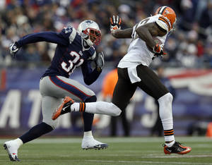 Photo - Cleveland Browns wide receiver Josh Gordon, right, runs toward the goal line past New England Patriots cornerback Aqib Talib (31) after a catch in the third quarter of an NFL football game Sunday, Dec. 8, 2013, in Foxborough, Mass. (AP Photo/Steven Senne)