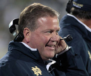 "photo -   FILE - In this Sept. 15, 2012, file photo, Notre Dame coach Brian Kelly smiles on the sideline during the first quarter of an NCAA college football game against Michigan State in East Lansing, Mich. Coach Kelly called it ""white noise"" when Notre Dame jumped into the rankings after its season-opening victory over Navy. That noise is getting harder to ignore now that the Irish are 4-0, ranked No. 9 and every team on their schedule has at least one loss and none is ranked higher than No. 13. (AP Photo/Al Goldis, File)"