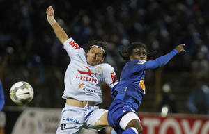 Photo - Tinga of Brazil's Cruzeiro, right, fights for the ball with Ramon Rodriguez of Peru's Real Garcilazo during a Copa Libertadores soccer match in Huancayo, Peru, Wednesday, Feb. 12, 2014. (AP Photo/Karel Navarro)