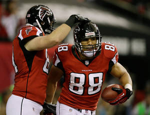 Photo - Atlanta Falcons' Tony Gonzalez (88) is congratulated by Michael Palmer after his 10-yard touchdown catch during the first half of the NFL football NFC Championship game against the San Francisco 49ers Sunday, Jan. 20, 2013, in Atlanta. (AP Photo/David Goldman)