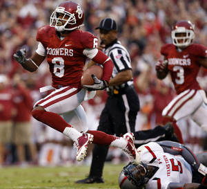 Photo - Oklahoma's Jalen Saunders (8) scores during a college football game between the University of Oklahoma Sooners (OU) and the Texas Tech Red Raiders at Gaylord Family-Oklahoma Memorial Stadium in Norman, Okla., on Saturday, Oct. 26, 2013. Photo by Steve Sisney, The Oklahoman