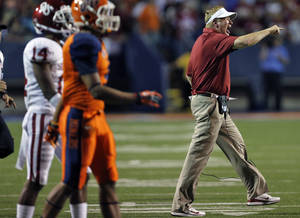 photo - Mike Stoops yells at his defense during the college football game between the University of Oklahoma Sooners (OU) and the University of Texas El Paso Miners (UTEP) at Sun Bowl Stadium on Saturday, Sept. 1, 2012, in El Paso, Tex.  Photo by Chris Landsberger, The Oklahoman