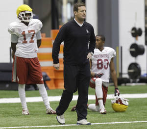 Photo - Oklahoma head coach Bob Stoops watches special teams practice at the New Orleans Saints practice facility in Metairie, La., Saturday, Dec. 28, 2013.  Oklahoma will play Alabama in the Sugar Bowl on Jan. 2, 2014. (AP Photo/Bill Haber)