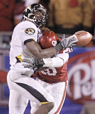 Quinton Carter, right, breaks up a pass for Missouri's Jeremy Maclin. PHOTO BY BRYAN TERRY, THE OKLAHOMAN