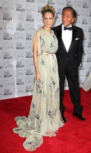 This Sept. 20, 2012 photo released by Starpix shows actress Sarah Jessica Parker and designer Valentino Garavani at the New York City Ballet Fall Gala honoring Valentino at Lincoln Center in New York. Valentino, who created most of the vibrant costumes and dramatically upped the glamour quotient of the evening, attracting movie stars, supermodels and socialites galore. (AP Photo/Starpix, Amanda Schwab)
