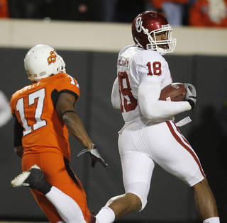Jermaine Gresham looks over his shoulder at Jacob Lacey on his TD reception during the second half of the college football game between the University of Oklahoma Sooners (OU) and Oklahoma State University Cowboys (OSU) at Boone Pickens Stadium on Saturday, Nov. 29, 2008, in Stillwater, Okla. STAFF PHOTO BY SARAH PHIPPS