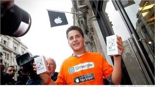 17-year-old Noah Green becomes the first person in the U.K. to buy the new iPhone 5S. Photo by Getty Images