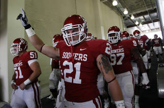 ENTER / ENTRANCE: Oklahoma's Tom Wort (21) walks onto the field before the start of the Red River Rivalry college football game between the University of Oklahoma Sooners (OU) and the University of Texas Longhorns (UT) at the Cotton Bowl on Saturday, Oct. 2, 2010, in Dallas, Texas. Photo by Chris Landsberger, The Oklahoman ORG XMIT: KOD