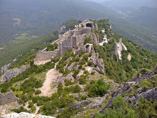 The ruins of Peyrepetuse, a ruined Cathar castle in southern France, delight visitors. Photo courtesy of Fyllis Hockman.