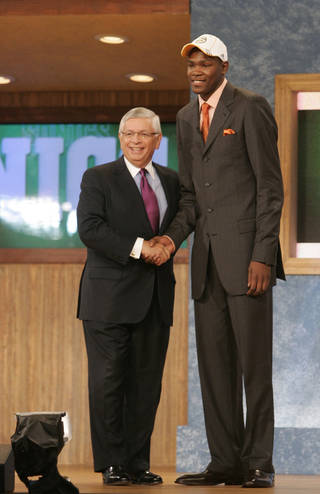 NBA BASKETBALL, DRAFT PICK: University of Texas' Kevin Durant, right shakes hands with NBA commissioner David Stern after being selected by the Seattle SuperSonics as the second overall pick in the first round of the 2007 NBA Draft, Thursday, June 28, 2007, in New York. (AP Photo/Frank Franklin II) ORG XMIT: MSG127