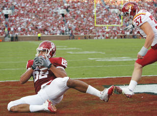 James Hanna catches a touchdown pass during the first half of the college football game between the University of Oklahoma Sooners (OU) and the Iowa State Cyclones (ISU) at the Glaylord Family-Oklahoma Memorial Stadium on Saturday, Oct. 16, 2010, in Norman, Okla. Photo by Steve Sisney, The Oklahoman