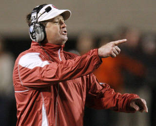 OU head coach Bob Stoops gives instructions to his team during the Bedlam college football game between the University of Oklahoma Sooners (OU) and the Oklahoma State University Cowboys (OSU) at Boone Pickens Stadium in Stillwater, Okla., Saturday, Nov. 27, 2010. OU won, 47-41. Photo by Nate Billings, The Oklahoman ORG XMIT: KOD