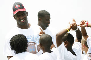 Former OU defensive back Reggie Smith coaches kids during the Reggie Smith Rookie 31 Camp at Edmond Santa Fe on Saturday, June 11, 2011. Photo by Zach Gray, The Oklahoman ORG XMIT: KOD