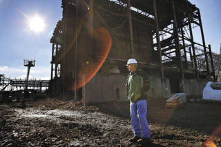 Donald Crabtree, a Tennessee Valley Authority project manager from Stevenson, Ala., in 2011 leads a media tour around the old Bowling Green, Ky. power plant, which was torn down to allow for TVA expansion. (AP Photo/Daily News, Alex Slitz) Alex Slitz