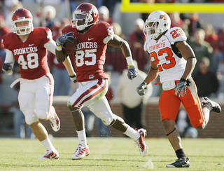 OU's Ryan Broyles (85) returns a punt for a touchdown in front of Brandon Crow (48) and OSU's Terrance Anderson (23) in the fourth quarter of the Bedlam college football game between the University of Oklahoma Sooners (OU) and the Oklahoma State University Cowboys (OSU) at the Gaylord Family-Oklahoma Memorial Stadium on Saturday, Nov. 28, 2009, in Norman, Okla. OU won, 27-0. Photo by Nate Billings, The Oklahoman