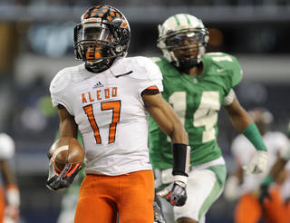 Aledo (Texas) High School's Ryan Newsome (17) runs upfield for a second-half touchdown touchdown past Brenham's Courtland Sutton (14) during a UIL Class 4A Division II high school football championship game on Saturday Dec. 21, 2013, in Arlington, Texas. Aledo won 38-10. OU is targeting Newsome for its 2015 recruiting class. (AP Photo/Matt Strasen) Matt Strasen