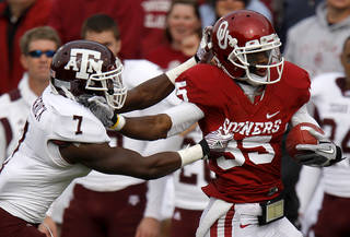 Oklahoma's Ryan Broyles (85) fights off Texas A&M's Terrence Frederick (7) during the college football game between the Texas A&M Aggies and the University of Oklahoma Sooners (OU) at Gaylord Family-Oklahoma Memorial Stadium on Saturday, Nov. 5, 2011, in Norman, Okla. Photo by Bryan Terry, The Oklahoman ORG XMIT: KOD