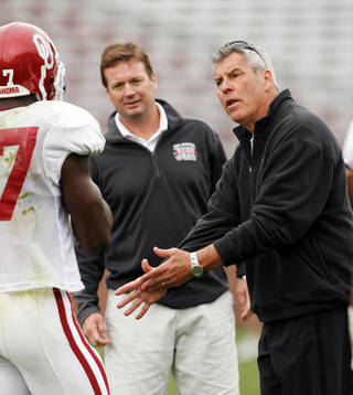 SCRIMMAGE / BOBBY WRIGHT: Defensive coach Bobby Jack Wright talks with Sam Proctor as the University of Oklahoma (OU) college football team scrimmages at Gaylord Family -- Oklahoma Memorial Stadium in Norman, Oklahoma on Saturday, March 29, 2008. BY STEVE SISNEY, THE OKLAHOMAN ORG XMIT: KOD