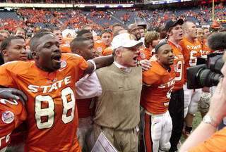 COLLEGE FOOTBALL / SOUTHERN MISSISSIPPI: OKLAHOMA STATE vs. SO. MISSISSIPPI in the HOUSTON BOWL at Reliant Stadium in Houston, TX. Oklahoma State head coach Les Miles joins his players in singing the school's alma mater on the field after his team's 33-23 win over the University of Southern Mississippi in the Houston Bowl on Dec. 27, 2002. Staff photo by Jim Beckel.