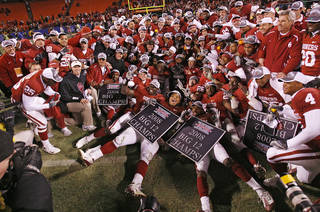 The Sooners pose for a team photo after winning the Big 12 Championship college football game between the University of Oklahoma Sooners (OU) and the University of Missouri Tigers (MU) on Saturday, Dec. 6, 2008, at Arrowhead Stadium in Kansas City, Mo. PHOTO BY CHRIS LANDSBERGER/THE OKLAHOMAN