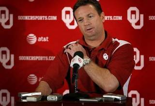 OU head coach Bob Stoops talks to the press during the final University of Oklahoma media luncheon on Monday, Dec. 22, 2008, at the University of Oklahoma in Norman, Okla. Photo by Chris Landsberger/The Oklahoman