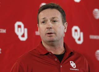 Oklahoma head coach Bob Stoops answers a question during an NCAA college football news conference in Norman, Okla., Tuesday, Nov. 29, 2011. (AP Photo/Sue Ogrocki)