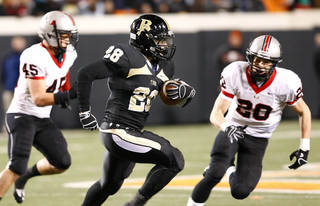 TULSA UNION / HIGH SCHOOL FOOTBALL: Broken Arrow's Devon Thomas (center) runs downfield under pressure from Union's Blace Walser (left) and Chase Dahlquists (right) during the high school Class 6A state championship football game in Stillwater, Okla. on Thursday, December 1, 2011. MATT BARNARD/Tulsa World