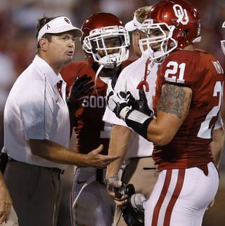 Oklahoma coach Bob Stoops talks with Tom Wort (21) and Tony Jefferson (1) during a college football game between the University of Oklahoma Sooners (OU) and the Kansas State University Wildcats (KSU) at Gaylord Family-Oklahoma Memorial Stadium, Saturday, September 22, 2012. Photo by Bryan Terry, The Oklahoman