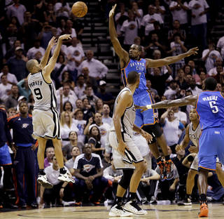 San Antonio Spurs' Tony Parker (9), of France, shoots a buzzer-beating basket over Oklahoma City Thunder's Serge Ibaka, center, at the close of the fourth quarter of an NBA basketball game, Thursday, Nov. 1, 2012, in San Antonio. San Antonio won 86-84. Spurs' Tim Duncan, second from left, and Oklahoma City's Kendrick Perkins (5) watch. (AP Photo/Eric Gay) ORG XMIT: TXEG115