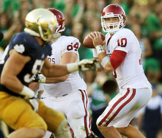Oklahoma's Blake Bell (10) looks to pass in the fourth quarter during a college football game between the University of Oklahoma Sooners and the Notre Dame Fighting Irish at Notre Dame Stadium in South Bend, Ind., Saturday, Sept. 28, 2013. OU won, 35-21. Photo by Nate Billings, The Oklahoman