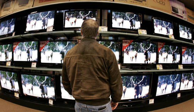 photo - TELEVISIONS: Harry Trim looks at TVs at Ultimate Electronics in Oklahoma City, Oklahoma November 24, 2009. Photo by Steve Gooch, The Oklahoman ORG XMIT: KOD